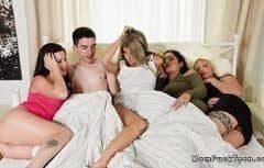 Un grup de femei se fut cu acelasi barbat