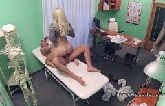 Blonda Asta Avea Fantezie Cu Medici Tineri