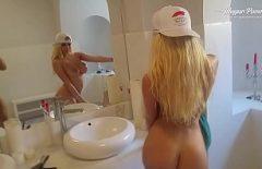 Blonda Frumoasa Se Pregateste Sa Iasa In Oras Cu Iubitul Ei
