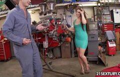 Un Mecanic Auto Fute O Bruneta Cu Bucile Sexy Si Mari